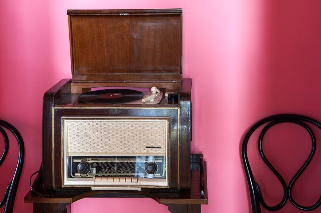 aparato de radio y tocadiscos en una casa de indianos.
