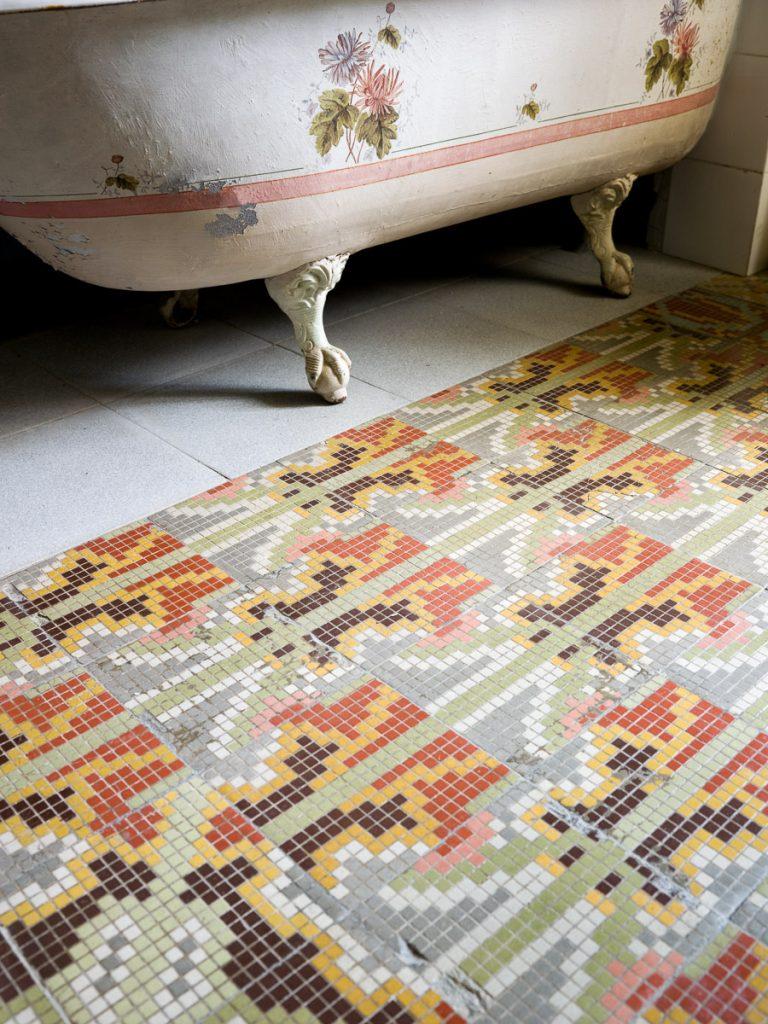 Suelo de mosaico en el baño de la Quinta de Arriba