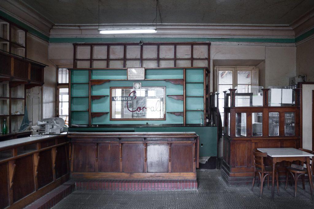 Interior de un antiguo comercio de los años cincuenta en Buelles, Peñamellera Baja