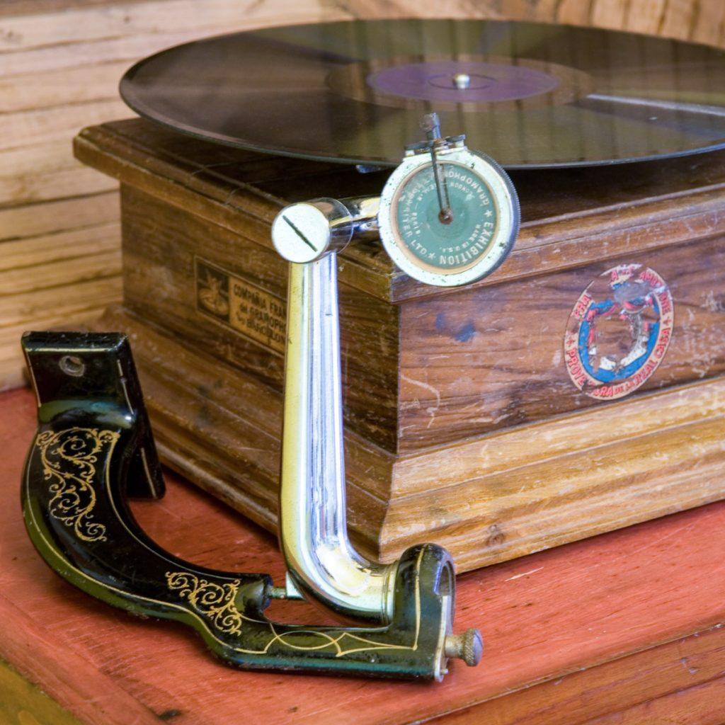 un gramófono reproduciendo la música en el tiempo de los indianos