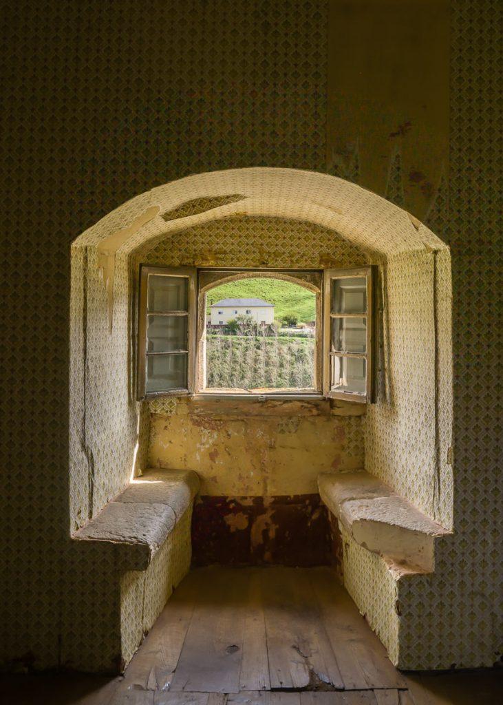 Ventana de la habitación de los REyes en el Palacio de Cienfuegos en Allande