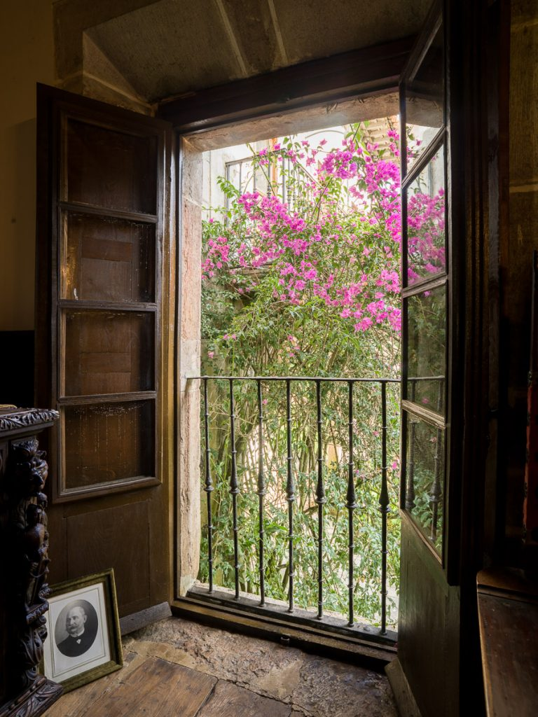 Ventana con vistas a la capilla del Palacio de La Espriella, Villahormes