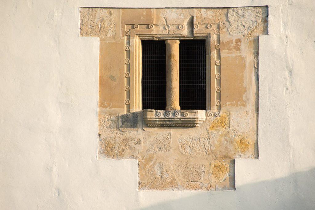 Decoración de la fachada de la Torre de Sirviella en Onís
