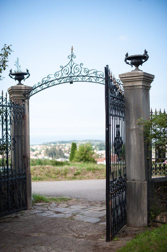 Puerta de entrada a la Casona de Indianos en Somao conocida como La Casona