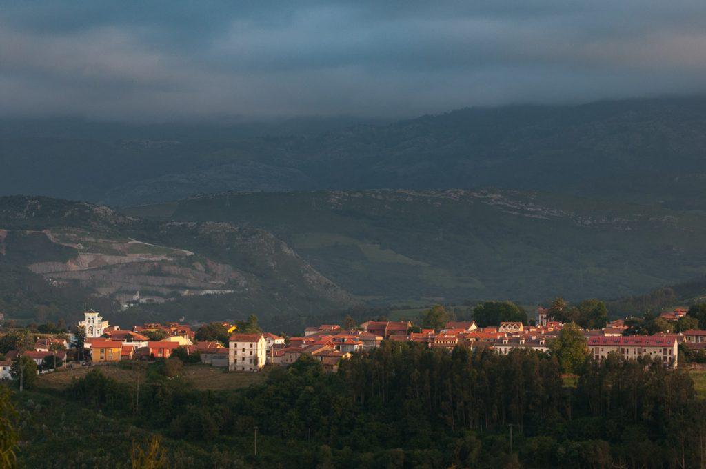 Vista panorámica del pueblo de Colombres en Ribadedeva, Asturias