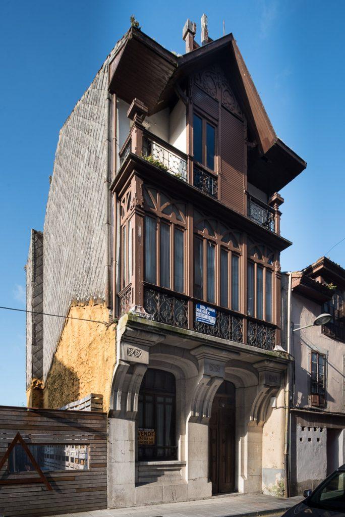 Fachada de la casa obra del arquitecto Fdez. Peña