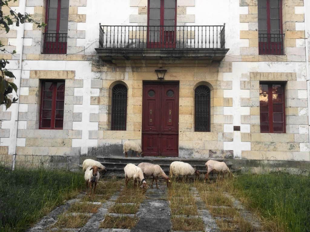 Fachada de Las Raucas, casa de indianos en Colombres, Ribadedeva