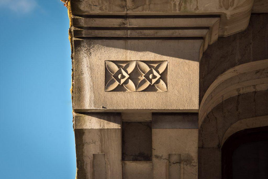 Detalle de la decoración modrnista de la casa de Pravia