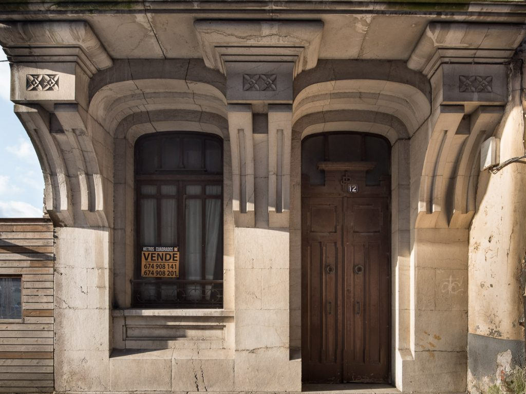 Entrada de la casa de Pravia obra del arquitecto Fdez. Peña