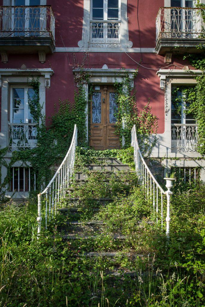Escalera de entrada y barandilla de una casa en Pravia