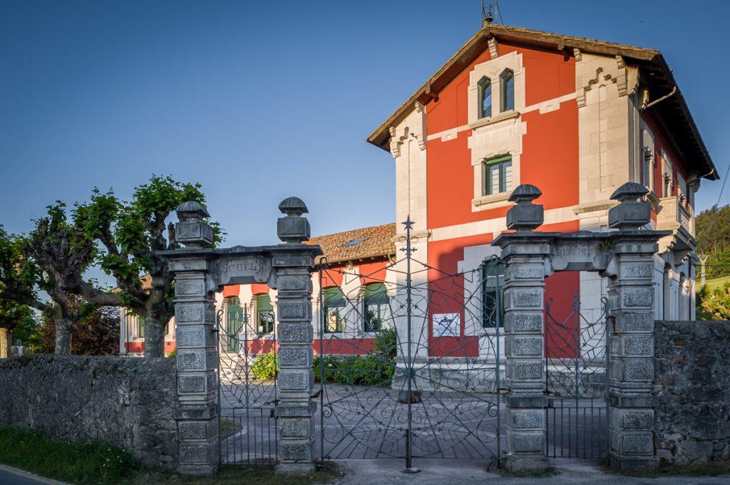 Fachada de la escuela de La Arquera en Llanes, promovida por el indiano Manuel Cué