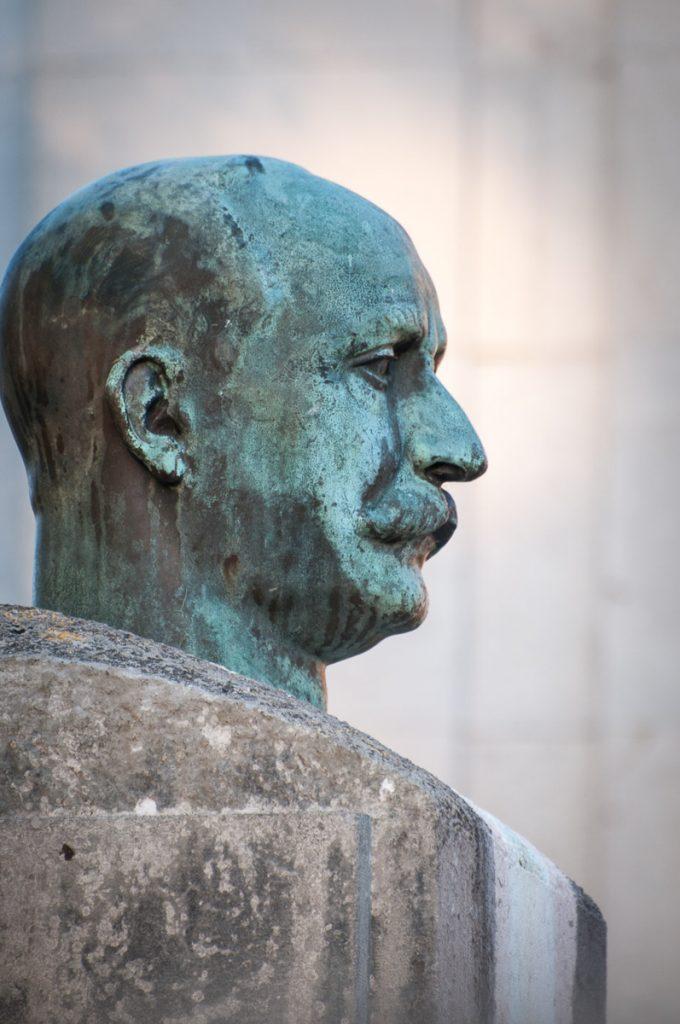Busto del indiano Manuel Cué a la entrada de la escuela de La Arquera