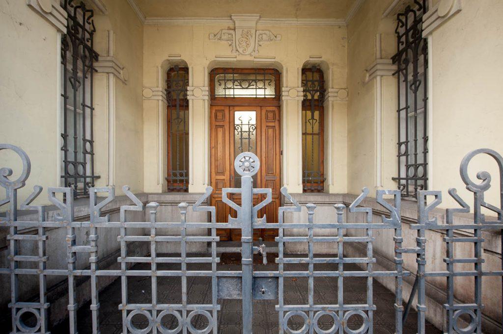 Detalle de la entrada a la casa de indianos de Maximino en Villamayor