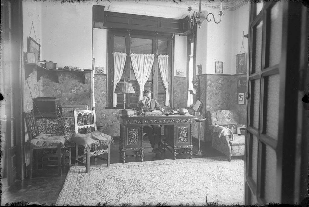 Despacho de la casa de indianos de Maximino Fernández tomada por Modesto Montoto
