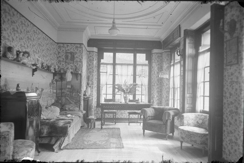 Fotografía de Modesto Montoto del interior de una casa de indianos