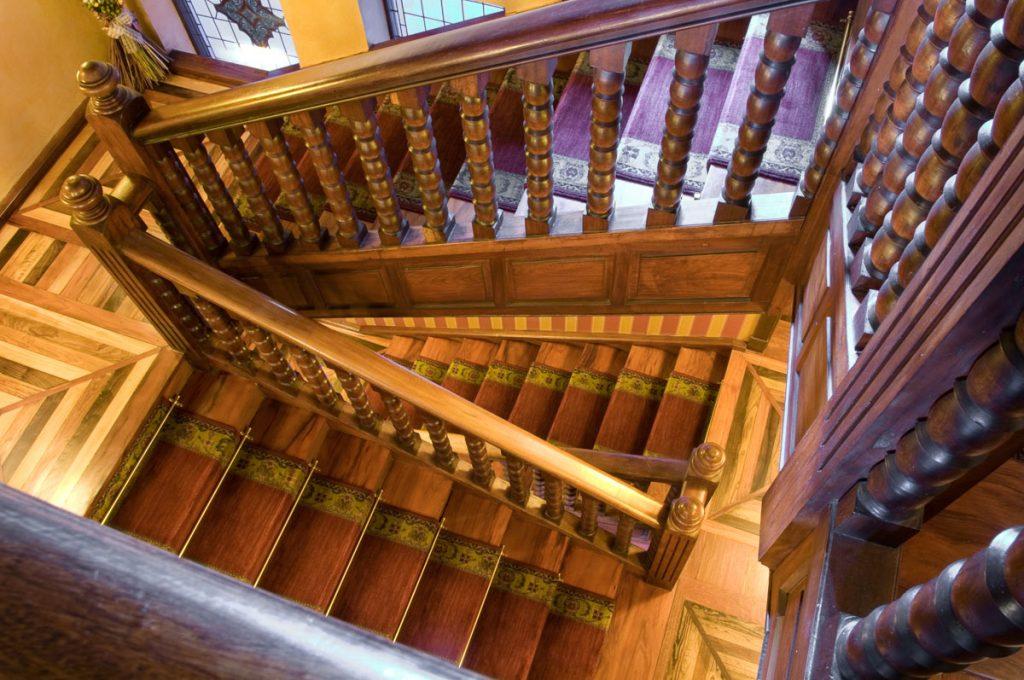 Escalera interior del Chalé de Álvarez Nava en Villamayor, Piloña
