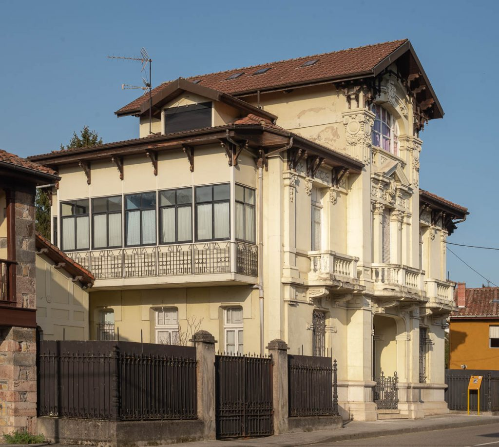 Casa de indianos de Maximino Fernández Sanfeliz a la entrada de Villamayor, concejo de Piloña