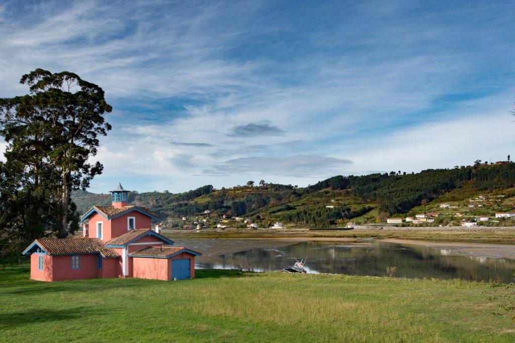 Paisaje de la Ría con la casa de indianos Villa Misiego al fondo