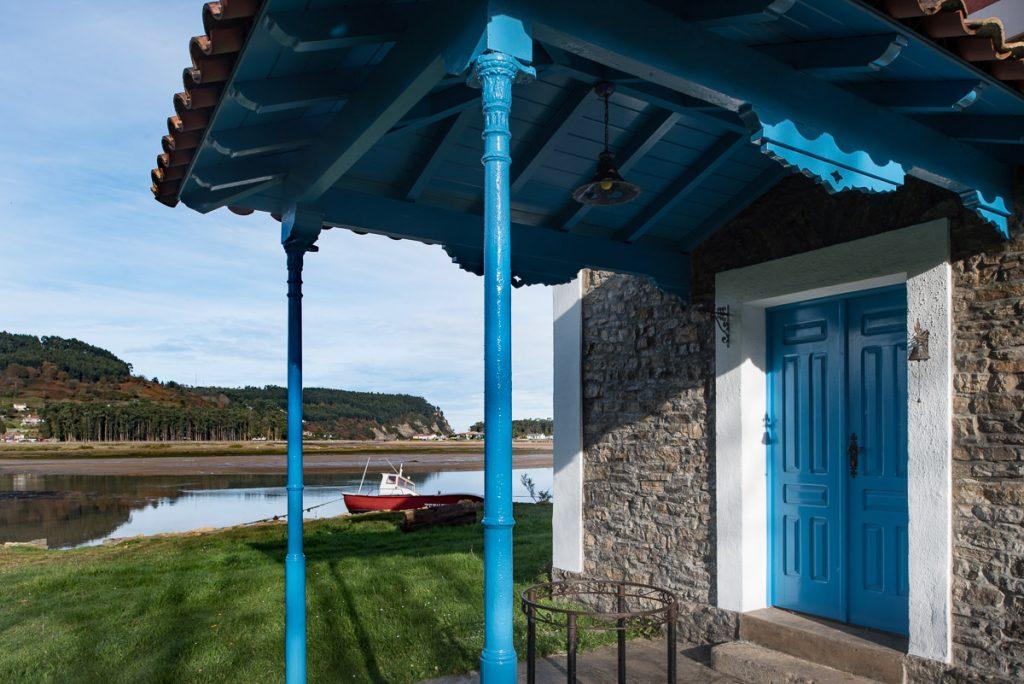 Porche de entrada a la casa de indianos Villa Misiego en Villaviciosa, Asturias
