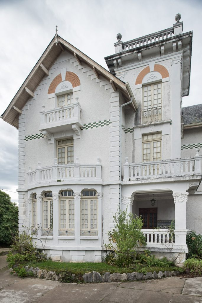 Fachada principal de la casa de indianos Villa Hilda en Cadavedo, concejo de Valdés