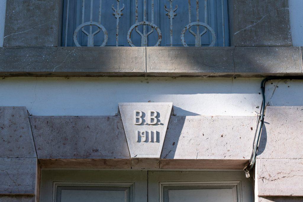 Dintel de la casa El Pedrero en Riocaliente, Llanes