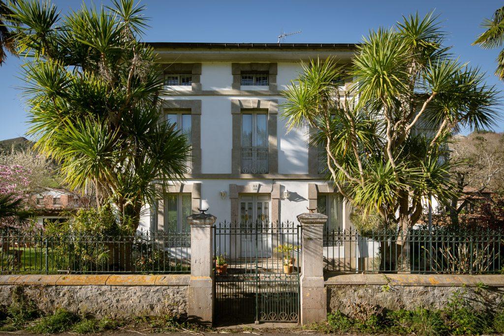 Fachada principal de la casa de indianos de Benito Buergo en Riocaliente, Llanes