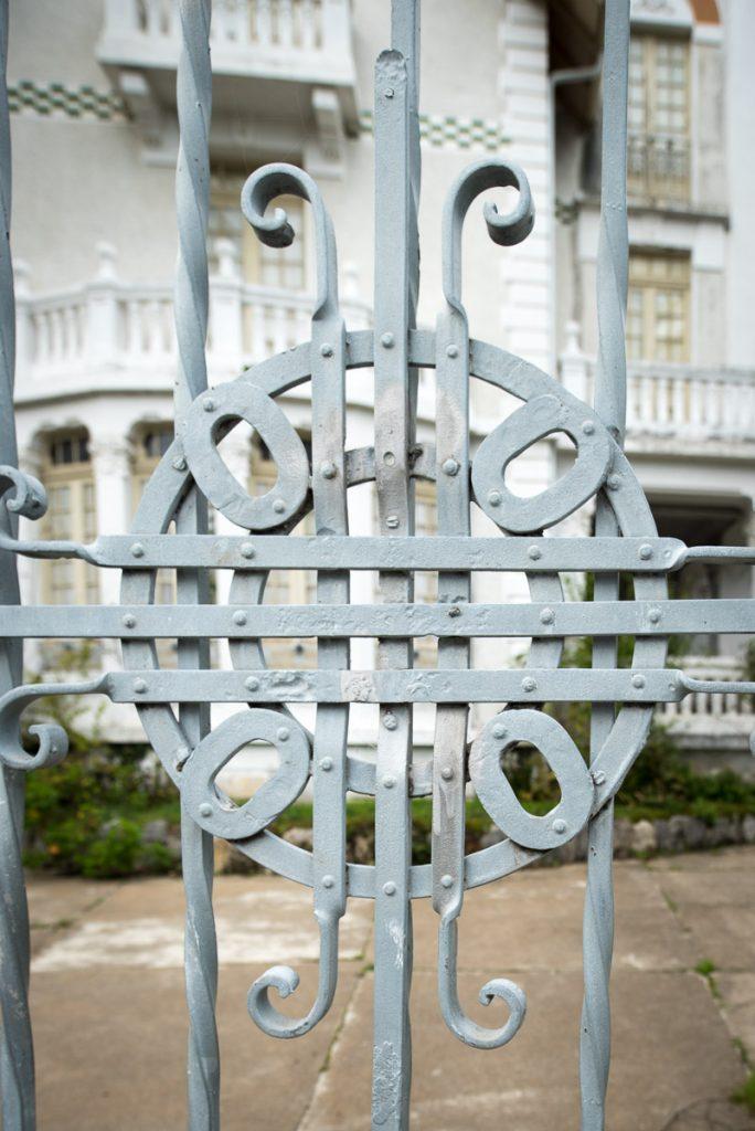 Verja de la casa de indianos Villa Hilda en Cadavedo, Valdés